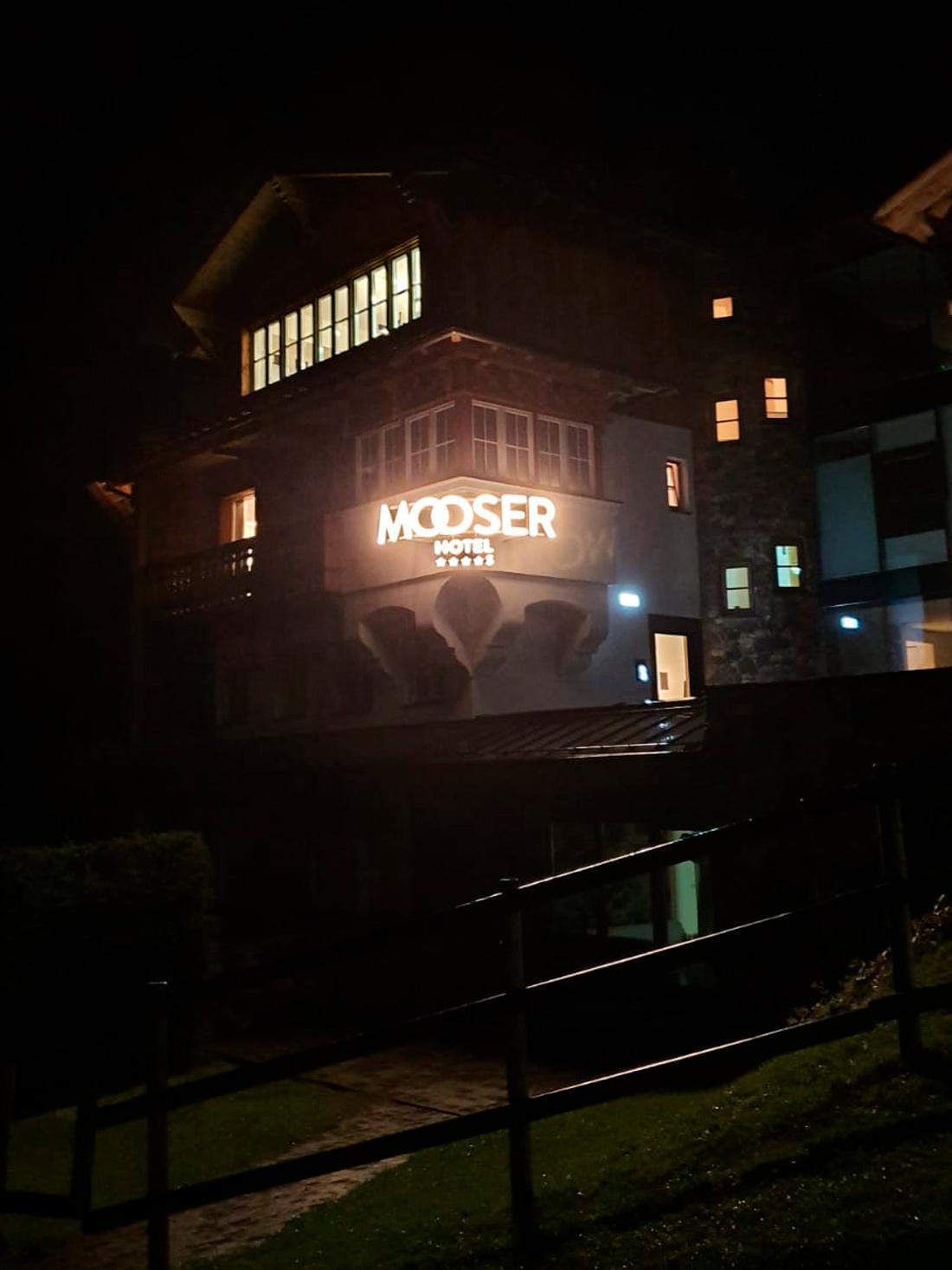 Mooserhotel Leuchtschrift bei Nacht